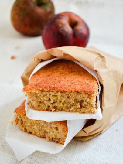 Superzdravi kolač od jabuka s preljevom od suhog voća