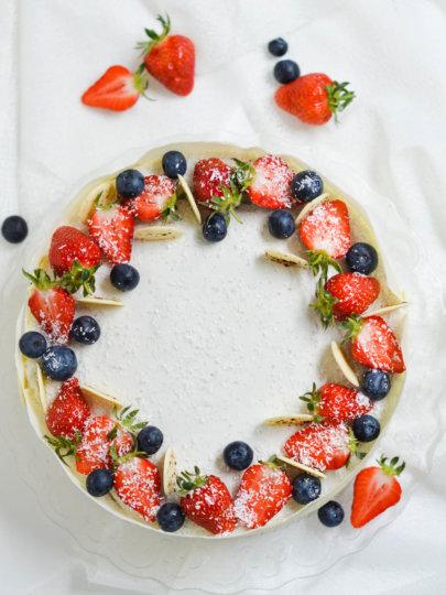 Mousse torta od bijele čokolade, jagoda i kokosa
