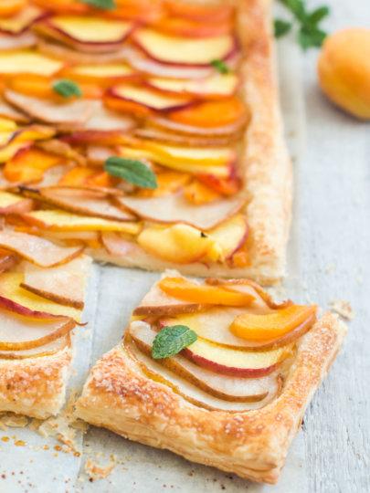 Brzi lisnati tart sa sezonskim voćem