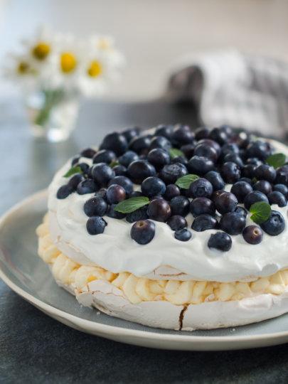 Beze torta s bavarskom kremom i borovnicama