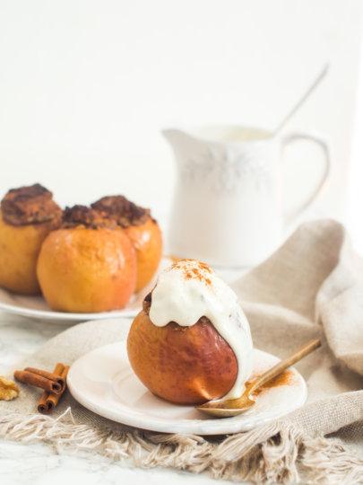 Pečene jabuke s orasima i datuljama