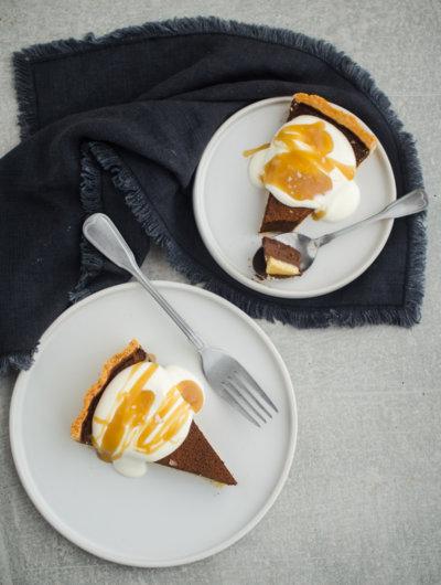 Kremasti tart od čokolade sa slatkim vrhnjem i slanim karamelom