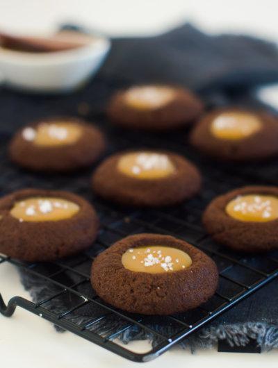 Čokoladni 'thumbprint' keksi s brzim slanim karamelom