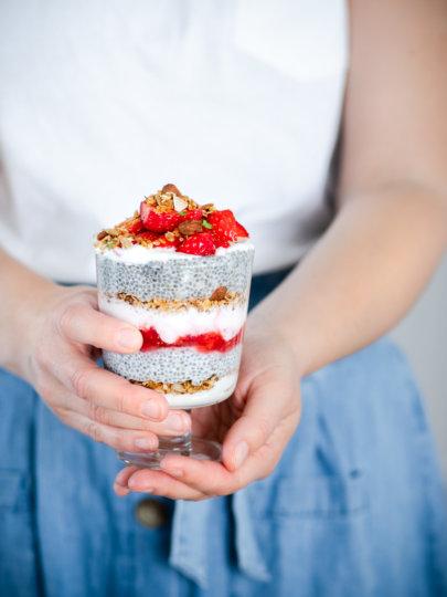 Chia puding s granolom, jogurtom i jagodama