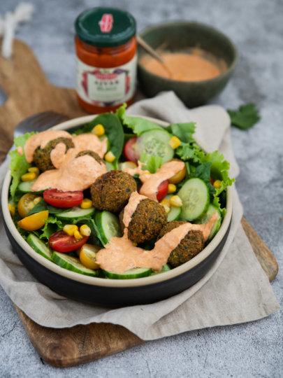 [Video] Salata s falafelom i preljevom od ajvara