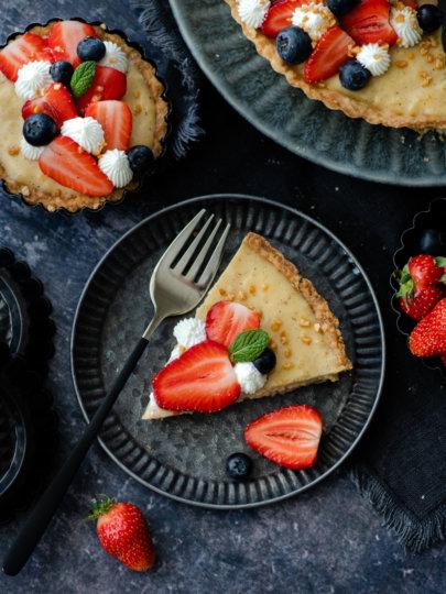 Tart s kremom od vanilije i svježim voćem