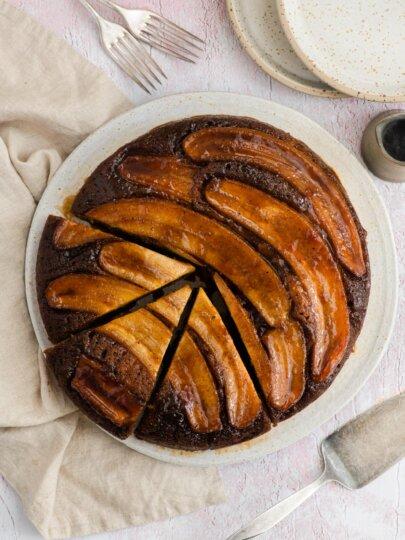 Naopaki kolač s karameliziranim bananama