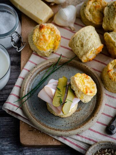 Pogačice sa sirom, češnjakom i vlascem (scones)