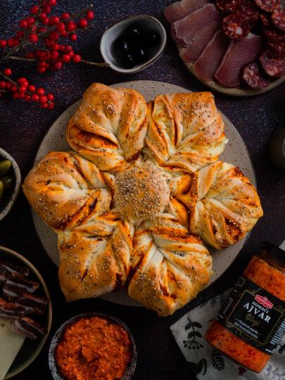 [Video] Kruh zvijezda s ajvarom, sirom i slaninom