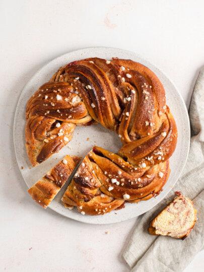 [Video] Uskrsni kolači: Slatki vijenac s džemom od višanja